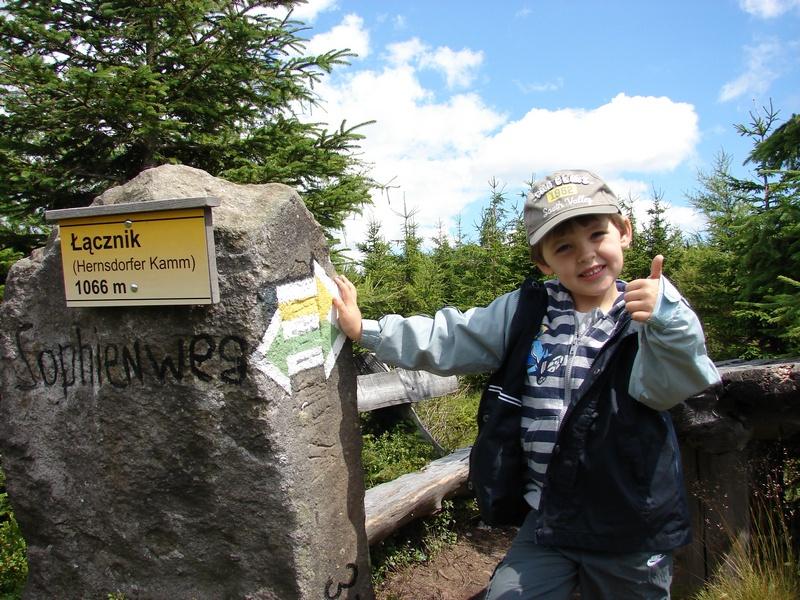 dziecko na górskim szlaku